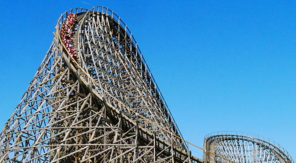 Een blik op de indrukwekkende achtbaan Troy