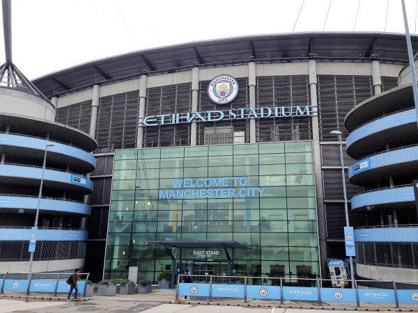 Een blik op één van de ingangen van het Etihad Stadium