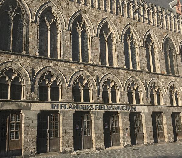 Een blik op de Lakenhalle waar het Flanders Field Museum is ondergebracht