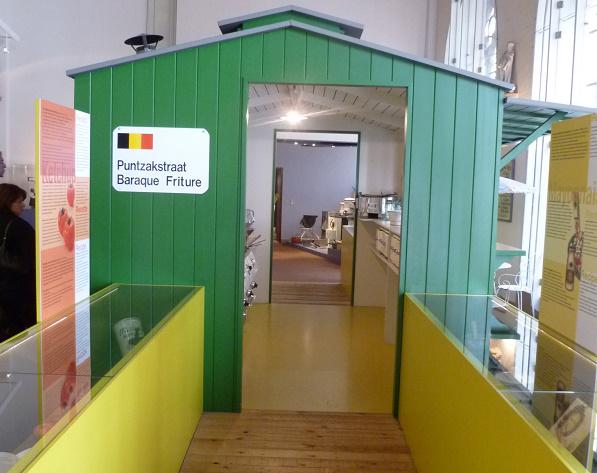 Een zicht op de puntzakstraat & frietkot in het Frietmuseum
