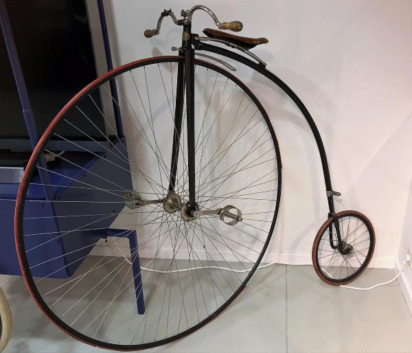 De hoge bi of oude fiets van de reclamespot op TV