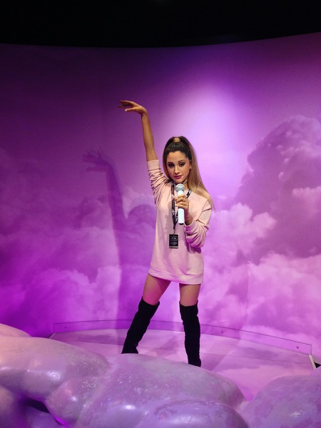 Een blik op het wassenbeeld van Ariana Grande in Amsterdam