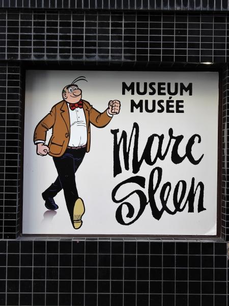 Een blik op de zwart betegelde muur van het Marc Sleen Museum