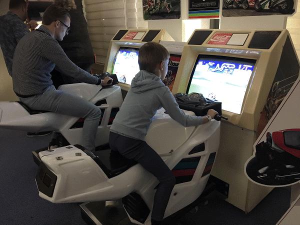 Motorrijden in de Retro Arcadehal