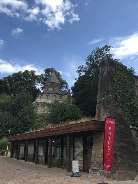Een blik op de ingang van het Museum De Bastei