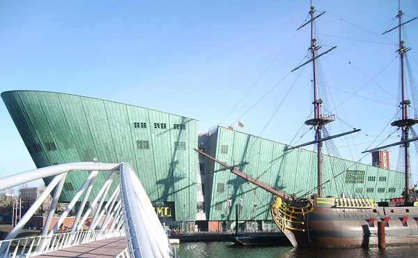 Een blik op het wetenschapsmuseum Nemo , een gebouw van de Italiaanse architect Renzo Piano
