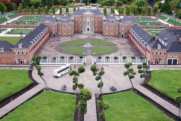 Een zicht op de miniatuurweergave van Paleis Het Loo in Apeldoorn