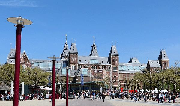 Een uitzicht op het plein en de reusachtige gebouwen van het Rijksmuseum