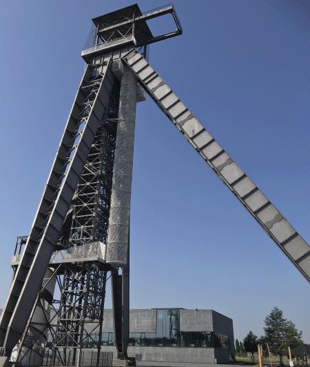 Een blik op de meer dan 60 meter hoge schachttoren op de C-Mine Expeditie