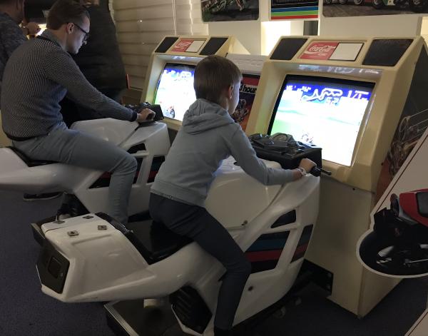In de Arcadehal van Spelcomputermuseum vind je ruim 60 klassieke retro arcadekasten & enkele flipperkasten met op de foto een motor game
