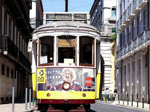 Een zicht op de populaire Tram 28 in Lissabon