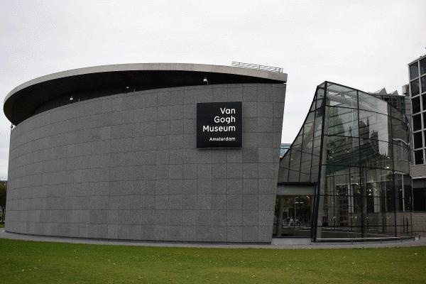 Een zicht op het Van Gogh Museum met zijn wondermooie moderne glazen entreehal