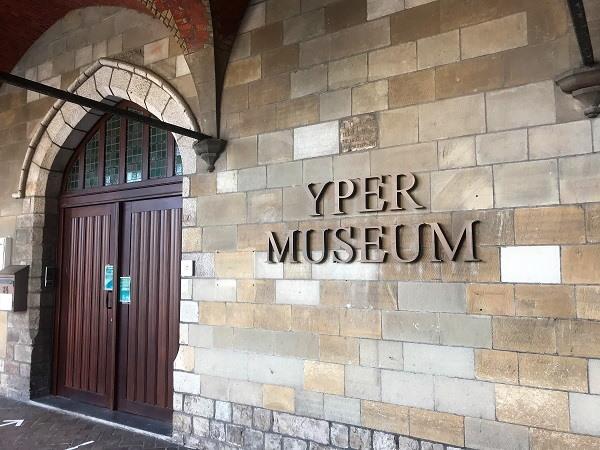 Een blik op de ingang van het Yper Museum