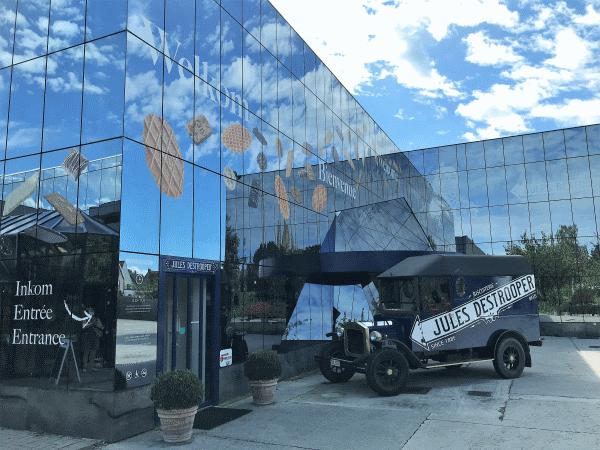 Een uitzicht op de ingang van het bezoekerscentrum