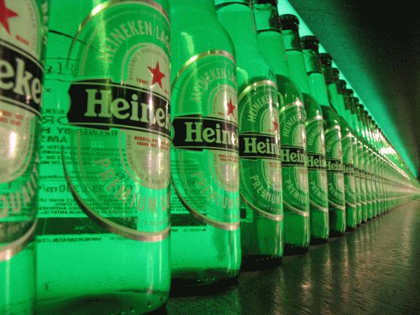 Een blik de flessen van Heineken
